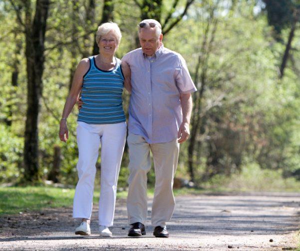 Пожилая женщина гуляет