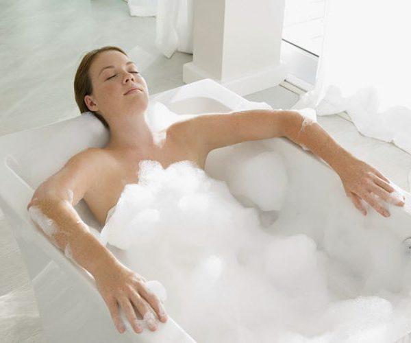 Лежит в ванной