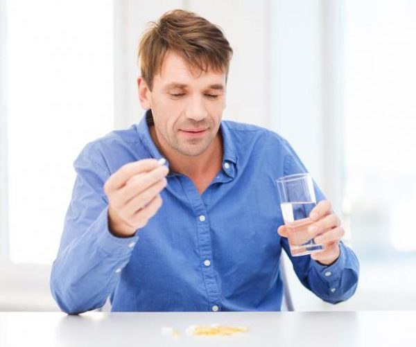 Пьет таблетки