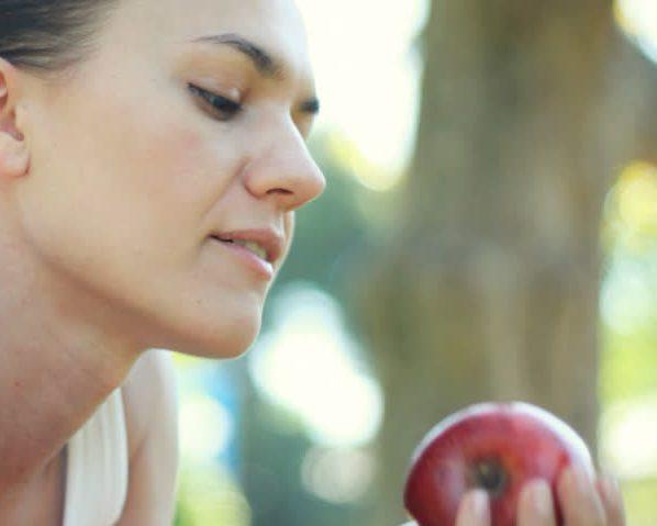 Женщина яблоко